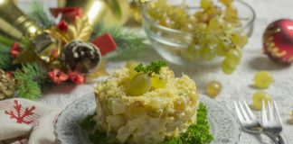 Cалат «Новогодняя сказка» с фруктами и сыром