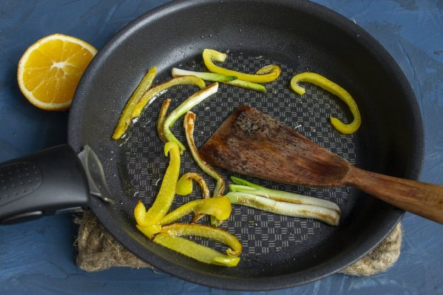 Обжариваем светлую часть стебля зелёного лука и полоски сладкого перца