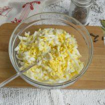 Добавляем измельченные яйца к сыру и маслу