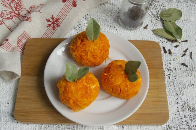 Маленькие лавровые листики вставляем в мандаринки сверху