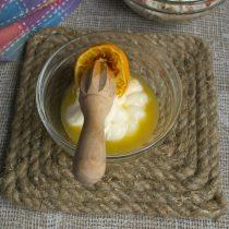 Кладём майонез в мисочку, выжимаем сок из половинки свежего апельсина