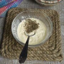 Добавляем свежесмолотый черный перец и щепотку морской соли, перемешиваем