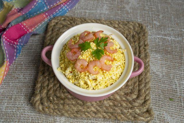 Вкусный салат с кальмарами и крабовыми палочками готов
