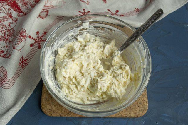 Тщательно перемешиваем ингредиенты и отправляем салат в холодильник