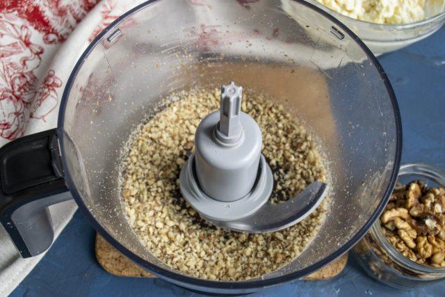 Измельчаем подсушенные грецкие орехи