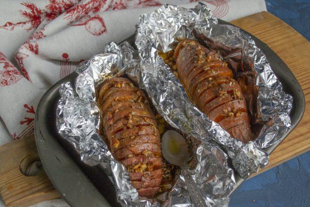 Ставим противень со сладким картофелем в раскалённую духовку на 10-12 минут