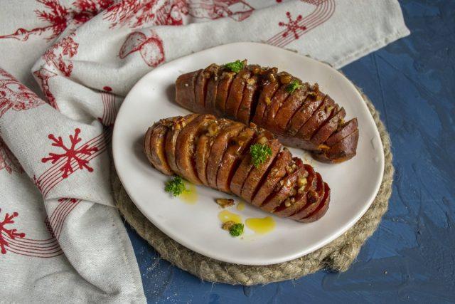 Запеченный сладкий картофель с мёдом и орехами готов