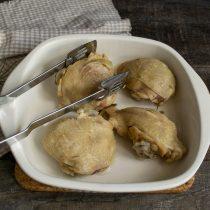 Смазываем маслом форму, выкладываем куски варёной курицы