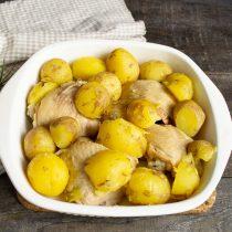 Отваренную картошку откидываем на дуршлаг и выкладываем в форму к курице