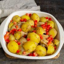 Посыпаем мясо с картошкой кубиками перца