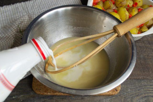 Наливаем в соус сливки, перемешиваем, пробуем и солим по вкусу