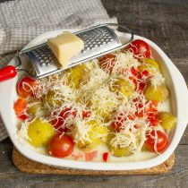Посыпаем блюдо тёртым сыром