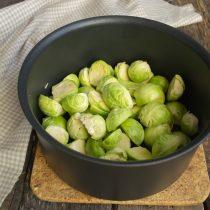 Кладём капусту в кастрюлю, добавляем кипящую воду и соль