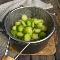 Откидываем овощи на сито