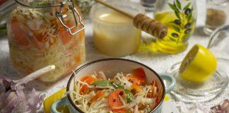 Быстрая маринованная капуста с мёдом и изюмом