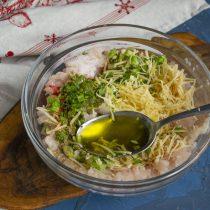 Наливаем столовую ложку оливкового масла