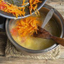 В кастрюлю с бульоном кладём картофель, добавляем овощную зажарку