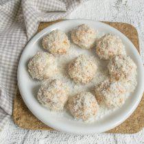 Посыпаем тарелку тонким слоем кокосовой стружки и выкладываем «рафаэлло»
