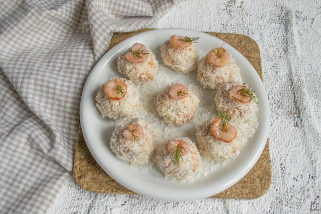 Закуска «Рафаэлло» из копченой курицы с грецкими орехами готова