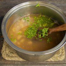 Добавляем зелень, доводим суп до кипения, варим 10 минут, в конце варки солим и перчим