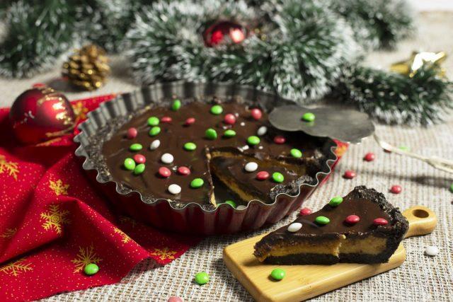 Простой торт без выпечки из печенья «Орео» с арахисом