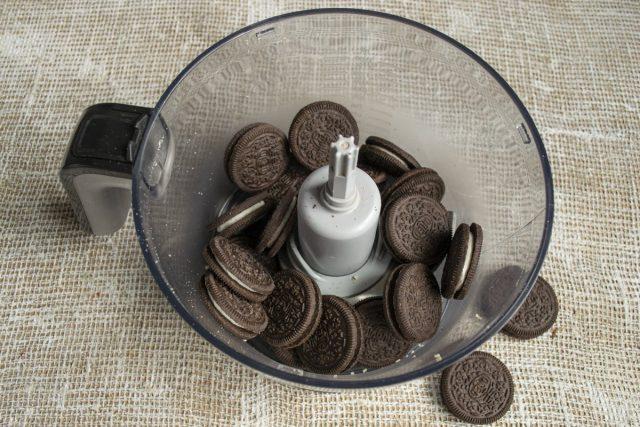 Измельчаем печенье «Орео» до однородной крошки