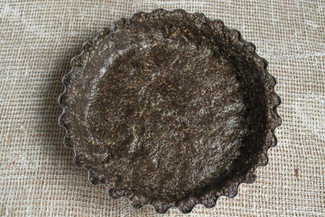 Выкладываем тесто из печенья в форму, разравниваем и убираем в холодильник на 20 минут