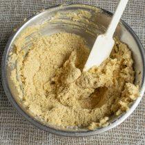 Добавляем в миску измельченное песочное печенье и коньяк, тщательно перемешиваем