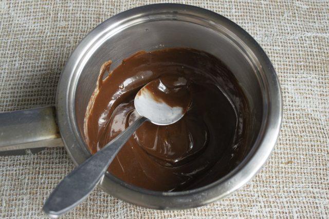 Смешиваем нагретые сливки с растопленным шоколадом, тщательно перемешиваем