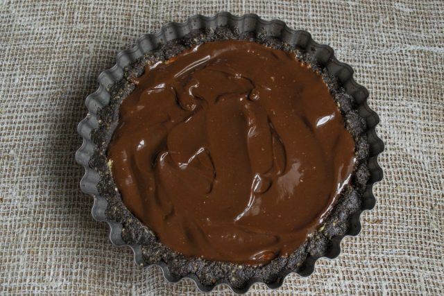 Простой торт без выпечки из печенья «Орео» с арахисом готов, перед подачей украшаем