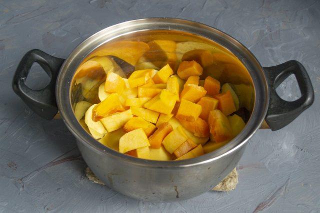 Добавляем нарезанную тыкву, кипящую воду, после закипания варим на тихом огне 20-25 минут
