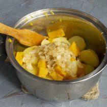 Возвращаем овощи в кастрюлю, добавляем обжаренный лук вместе с маслом