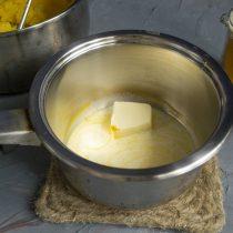 В сотейник добавляем сливки, соль, сливочное масло и куркуму. Нагреваем содержимое до кипения