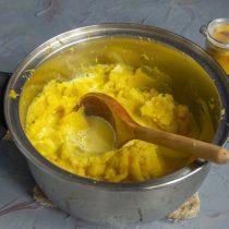 Выливаем кипящие сливки в кастрюлю с овощами