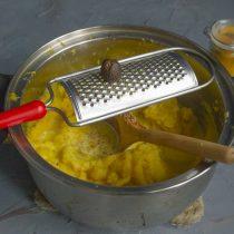 Натираем мускатный орех и тщательно перемешиваем пюре