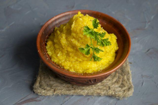 Пряное картофельное пюре с тыквой и луком готово