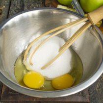 Разбиваем в миску яйца, если мелкие, добавляем сахарный песок, взбиваем венчиком