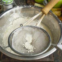 Муку, пекарский порошок и соду просеиваем, добавляем к жидким ингредиентам и перемешиваем
