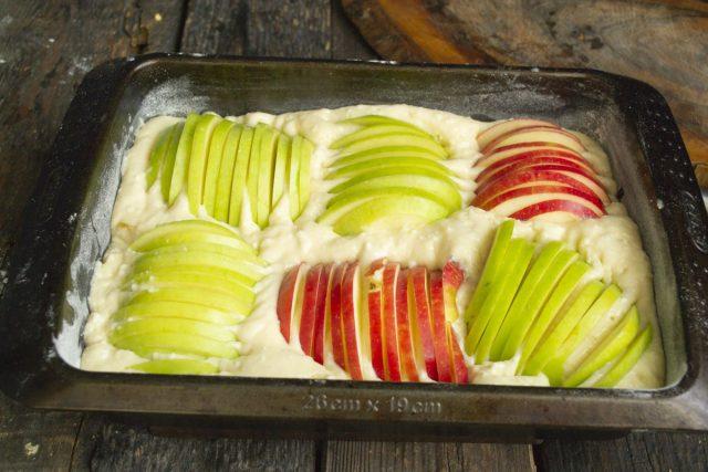 Режем яблоки тонкими ломтиками и укладываем в форму