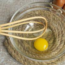 В миску разбиваем яйцо, добавляем щепотку соли, смешиваем венчиком
