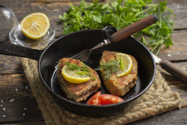 Сочный стейк из тунца на сковороде в панировке