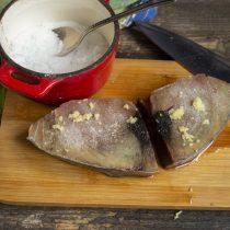 Посыпаем рыбу солью, оставляем на 5-10 минут, чтобы приправы впитались