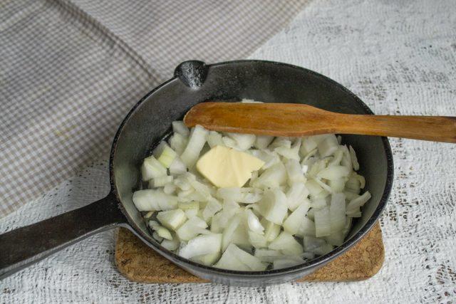 Посыпаем лук щепоткой соли и обжариваем на сливочном масле