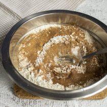 Добавляем ферментированный ржаной солод и перемешиваем с мукой