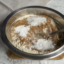 Насыпаем по чайной ложке питьевой соды, соли и пекарского порошка, перемешиваем