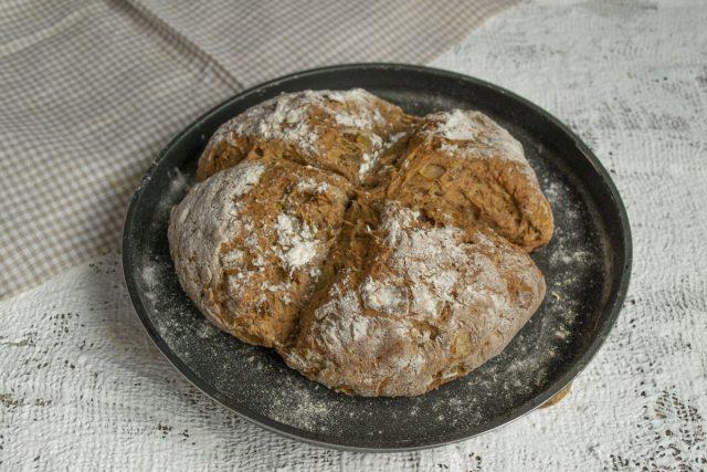 Печём содовый хлеб с луком примерно 40 минут. Готово!
