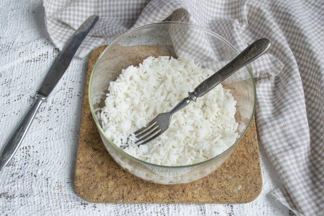 Выкладываем первым слоем отваренный рис басмати на дно прозрачной салатницы