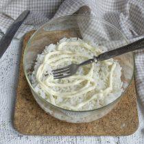 Смешиваем оливковый майонез со сметаной, солим, смазываем рисовый слой