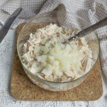 Подготовленный лук выкладываем на курицу