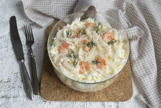 Слоеный салат «Афродита» с кальмарами, креветками и курицей готов